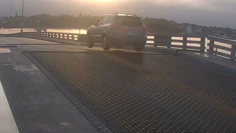 Auto sul ponte levatoio